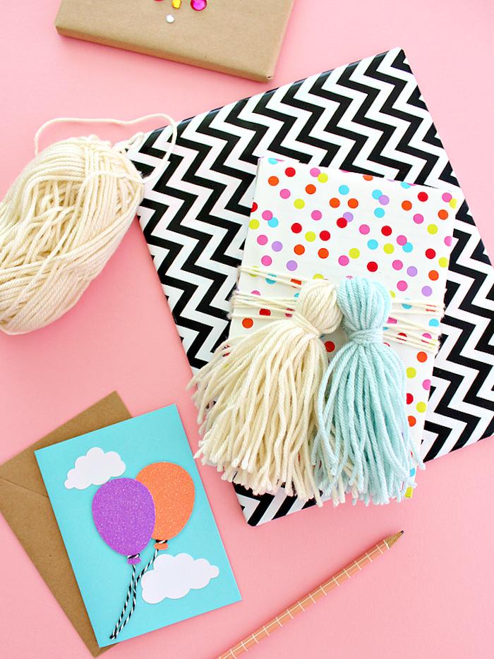 Geburtstagsgeschenke schön verpackt und verziert, Grußkarte mit Lufballons