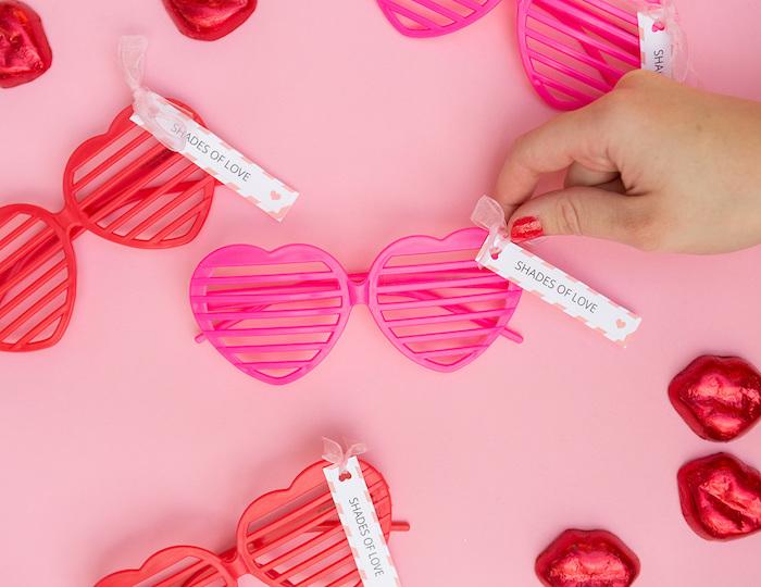 Rosarote Herz-Brillen mit personalisierten Botschaften, originelle Hochzeitsgeschenke