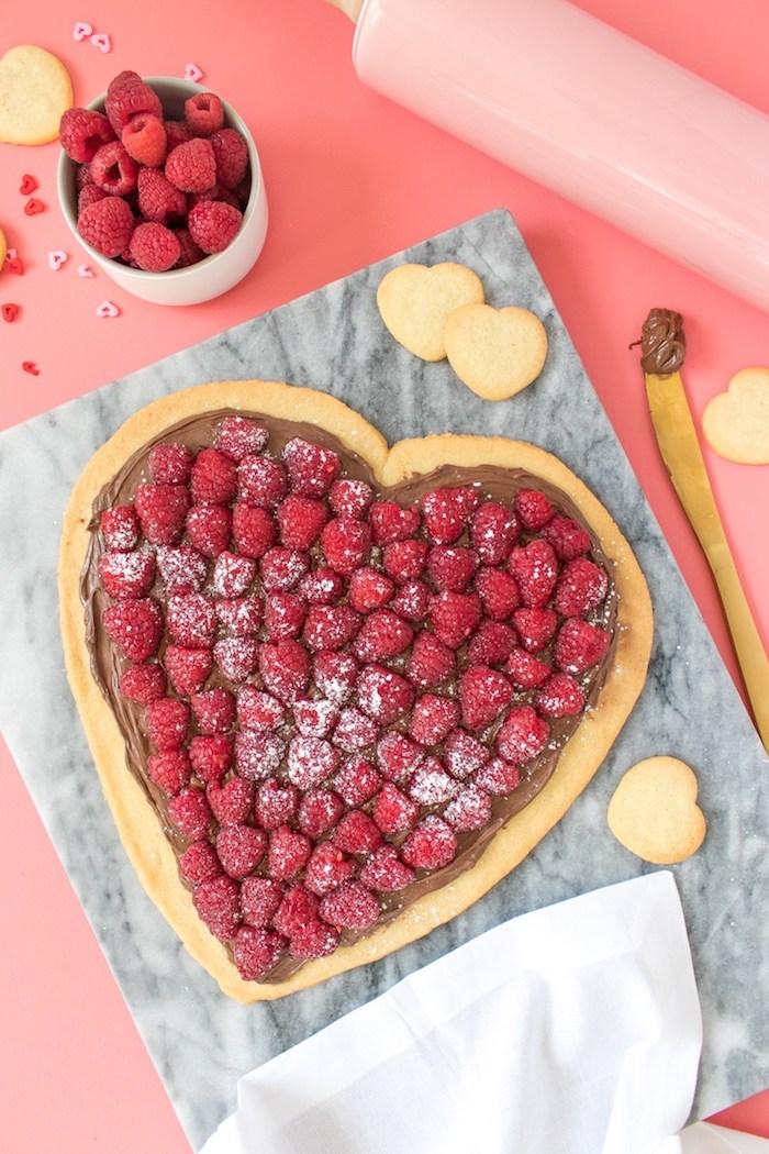 Herz Kuchen mit Nutella und Himbeeren selber zubereiten, Geburtstagsgeschenk aus der Küche