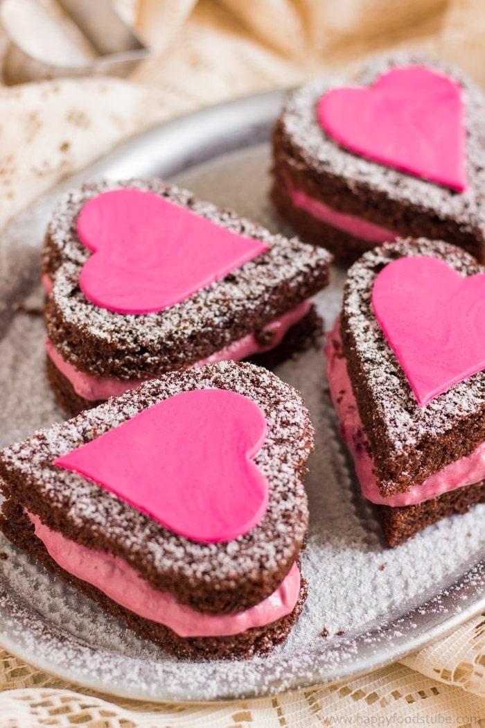 Herz Kekse mit rosa Creme, Fondant und Puderzucker, leckeres Geschenk aus der Küche