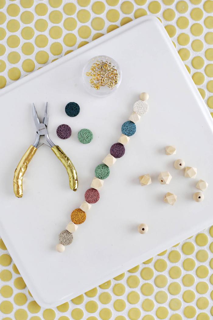 Kette aus bunten Perlen selber machen, Idee für DIY Geschenk für Freundin