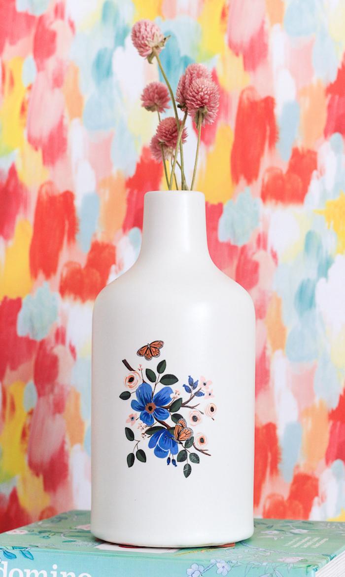 Weiße schlichte Vase mit temporärem Tattoo verziert, Strauß aus Trockenblumen