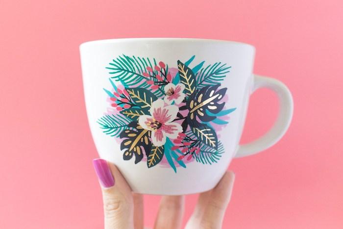 Weiße Tasse mit Blumenmotiv, mit temporärem Tattoo verziert, leichte DIY Idee