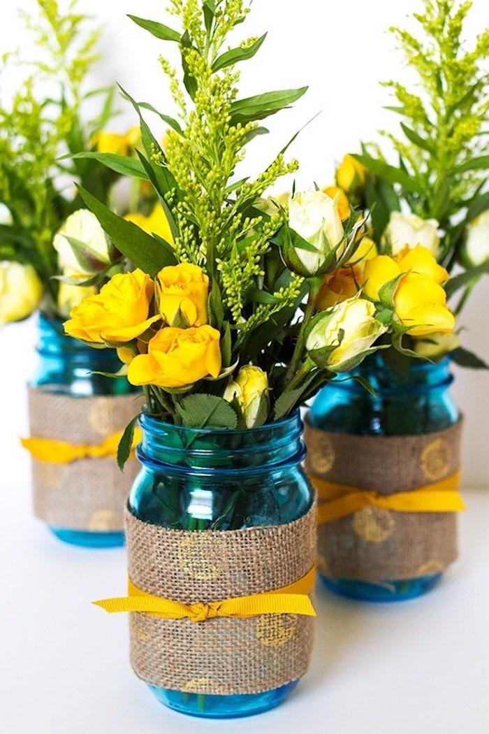 Vase aus Einmachglas gestalten, kleine Blumensträuße aus gelben Rosen