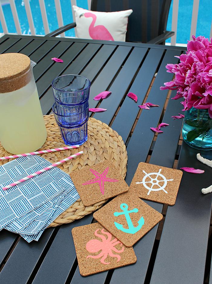 Untersetzer für Gläser mit Maritime Motiven, weißes Kissen mit Flamingo, kleiner Blumenstrauß in Einmachglas