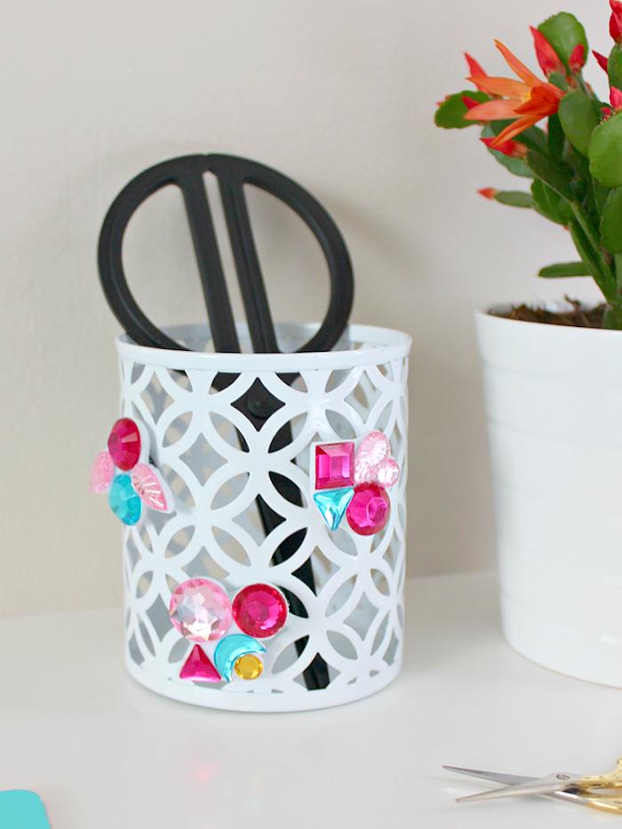 Weißer Stiftehalter mit selbstgemachten bunten Kristallen, schönes Geburtstagsgeschenk
