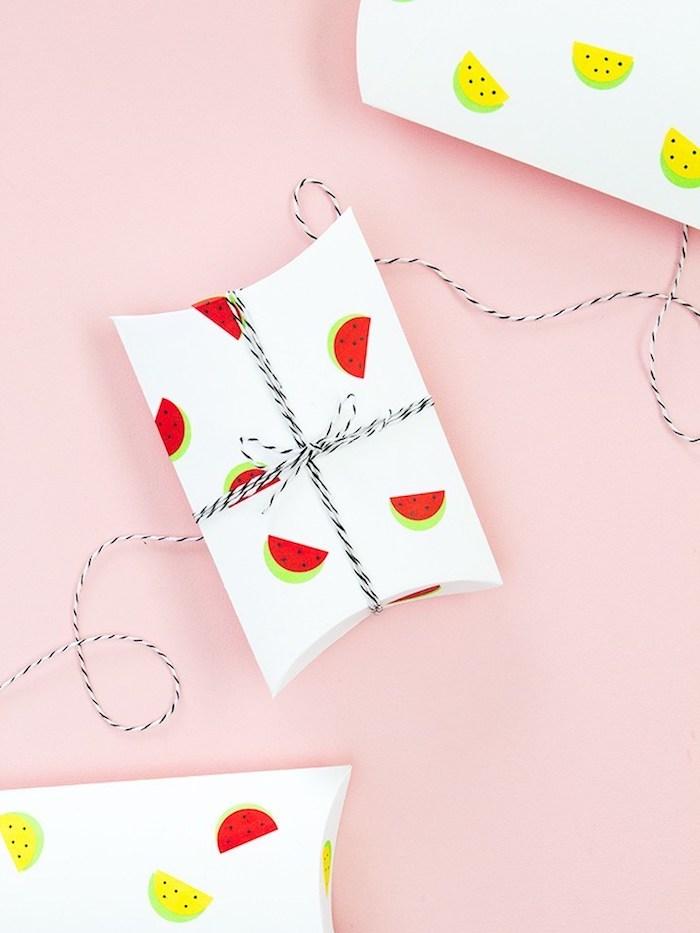 Weiße Geschenkverpackungen mit kleinen Wassermelonen Aufklebern