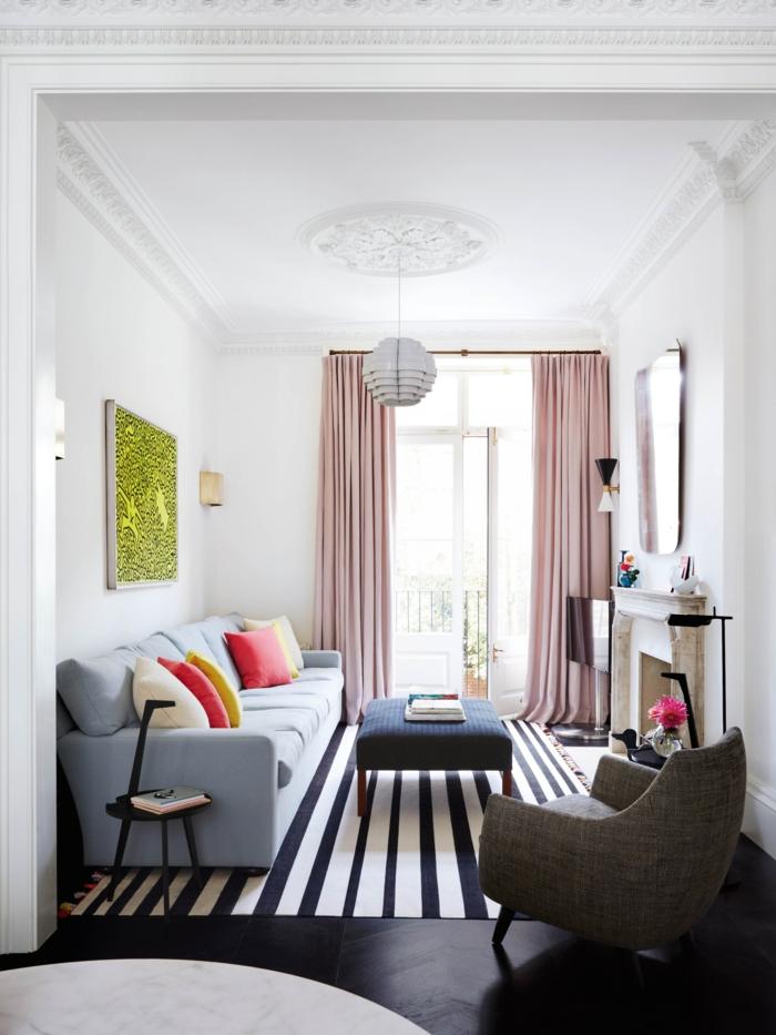 Wohnzimmer einrichten, blaue Couch, grünes Bild, rosa Vorhänge, dunkelblauer Tisch