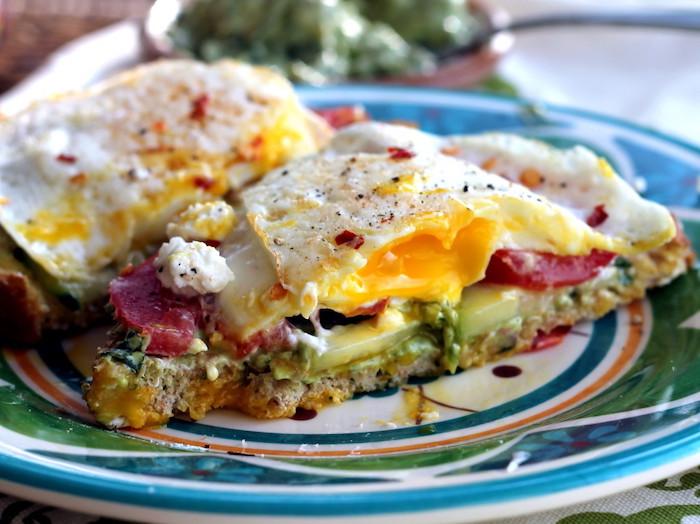 gesund abnehmen rezepte, leckeres essen mit eiern, tomaten und avocadopüree