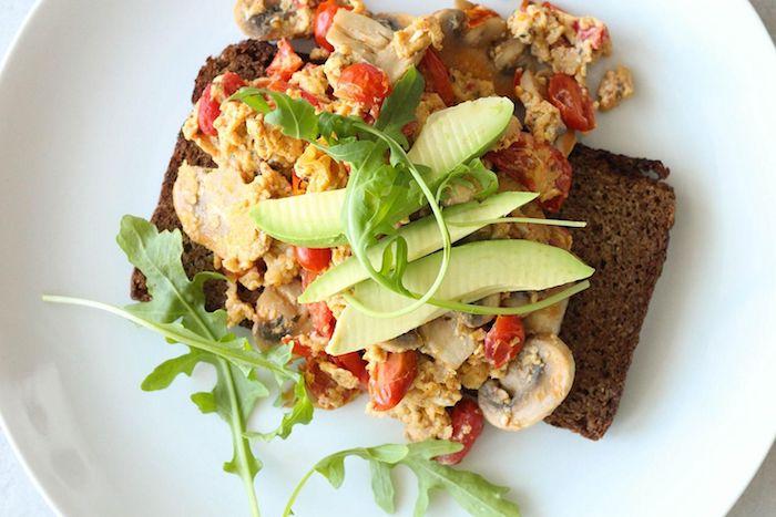 gesund abnehmen rezepte, ideen für frühstück mit eiern und avocado, brot, großer weißer teller