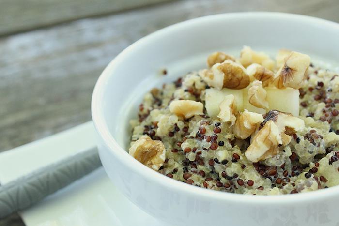gesund abnehmen rezepte, eine weiße schale,salat mit gruinoa, erdnüssen und samen, lecker