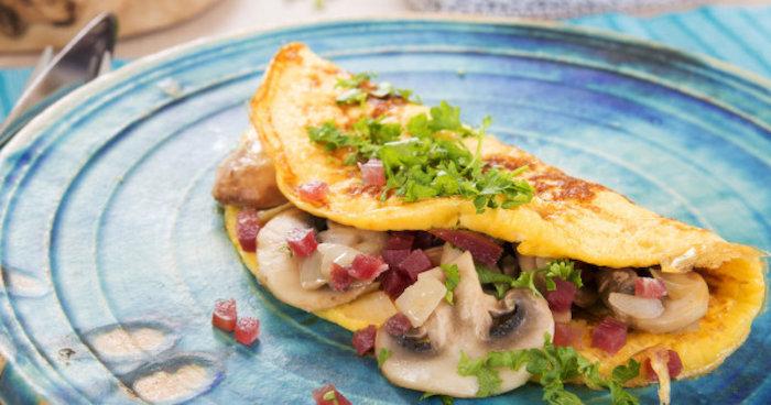 gesund abnehmen rezepte, omelette mit pilzen, grünem salat und salami selber machen, schnell
