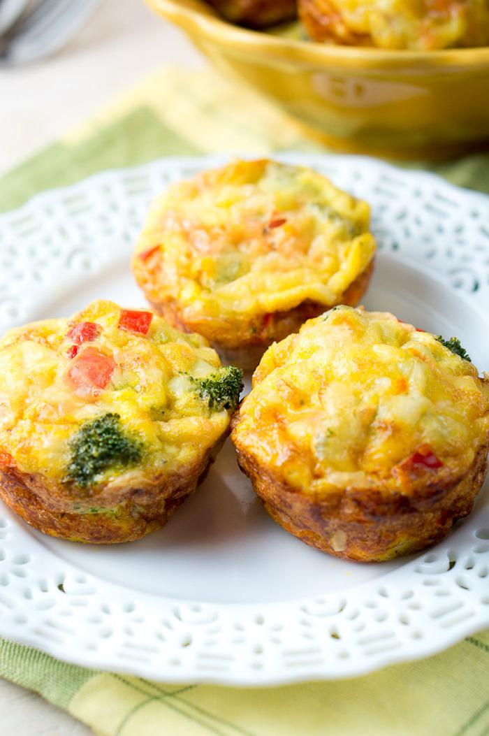 gesunde ernährung abnehmen, ein weißer teller, muffins aus eiern und gemüsen, cupcakes rezepte