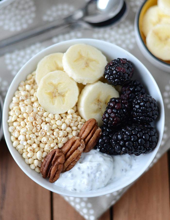 gesunde ernährung abnehmen, früstück mit quinoa, bananen, erdnüssen und joghurt