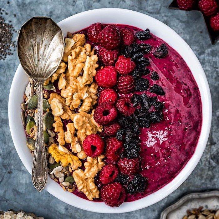 gesunde ernährung abnehmen, löffel in form von muschel, frühstück aus erdnüssen, kürbissamen und obst