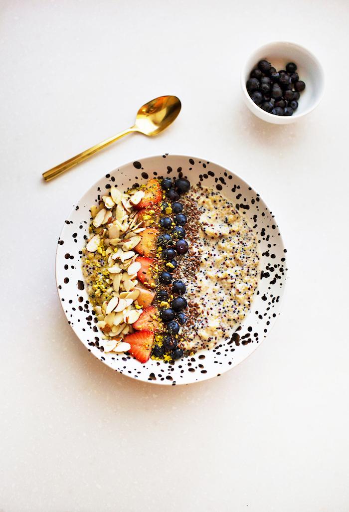 gesundes frühstück zum abnehmen, ein golgener löffel, gesunde ernährung, frühstücksideen