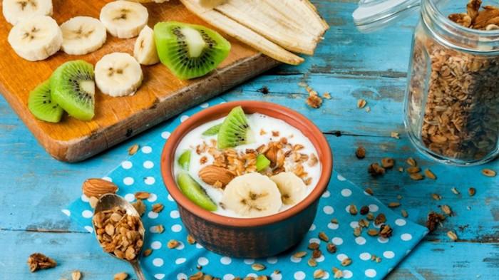 gesundes müsli selber machen,haferflocken mit lich, kiwi und bananen, mandeln, vitamine