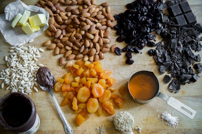 müsliriegel selber machen kalorienarm, schokolade, mandeln, kerne.butter, schokolade, sultaninnen