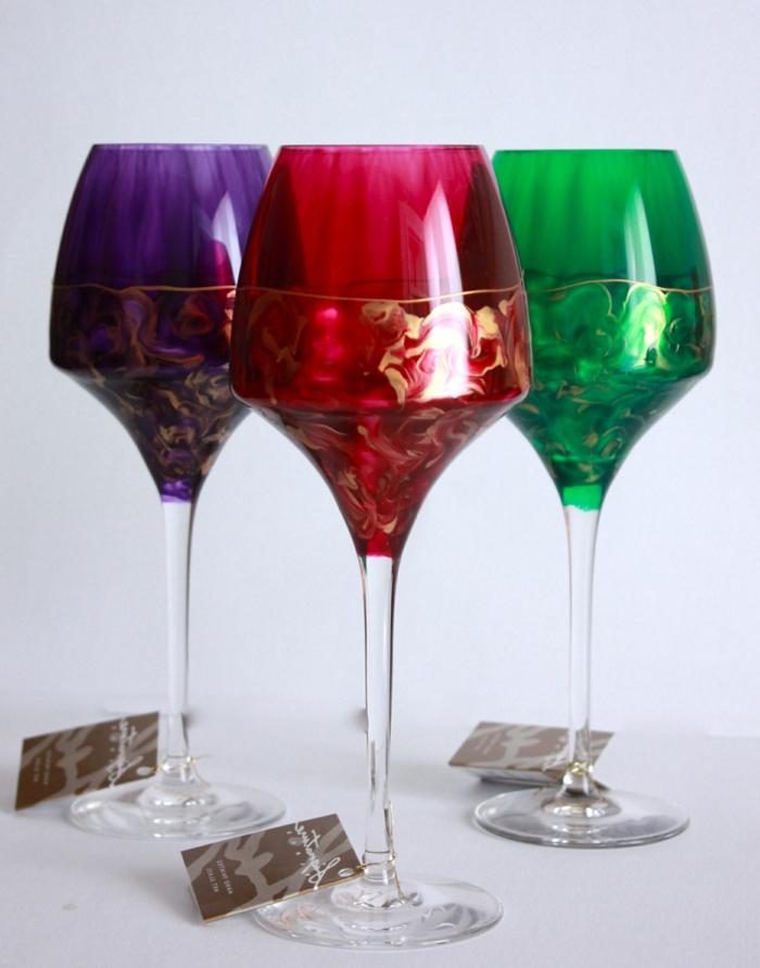 ein blaues, ein grünes und ein rotes Glas mit goldenen Verzierungen, Glas malen