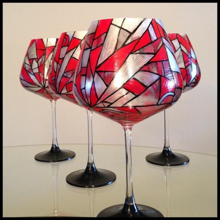 silberne und rote Gläser, Verzierung für Gläser zum Fest, Glas malen