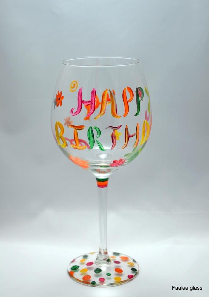 Herzlichen Glückwunsch zu Geburtstag an Glas malen, jeder Buchstabe in verschiedener Farbe