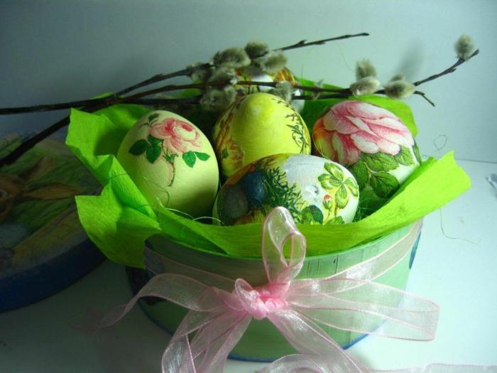 Ostereier färben Techniken, grünes Körbchen mit rosa Schleife, bildschöne Eier