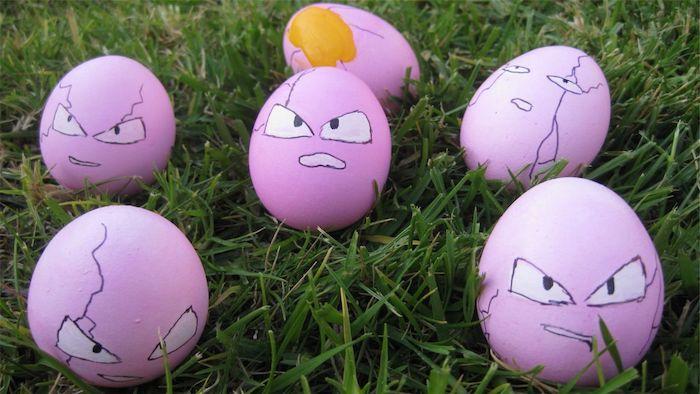 witzige bilder kostenlos, sechs violette osterbilder mit schwarzen augen und einem gelben eidotter und grass
