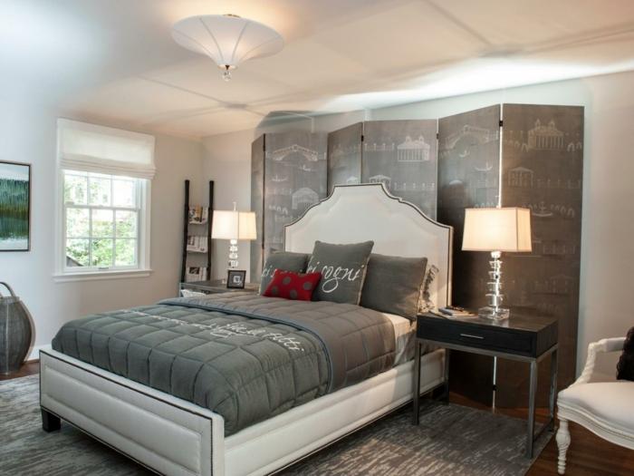 graues Paravent, zwei Leselampe, graue Bettwäsche, Zimmer einrichten