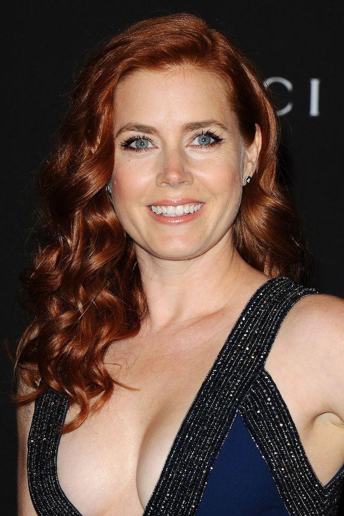 ansatz färben, seitenfrisur mit locken, rot, dunkelrote haare, schminktipps für blaue augen