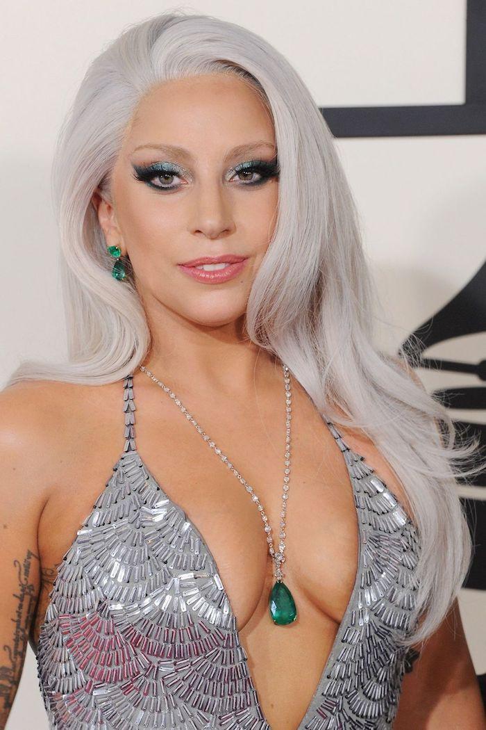 graue haarfarbe, lady gaga, silbernes abendkleid mit allpikationen, abend make up für grüne augen