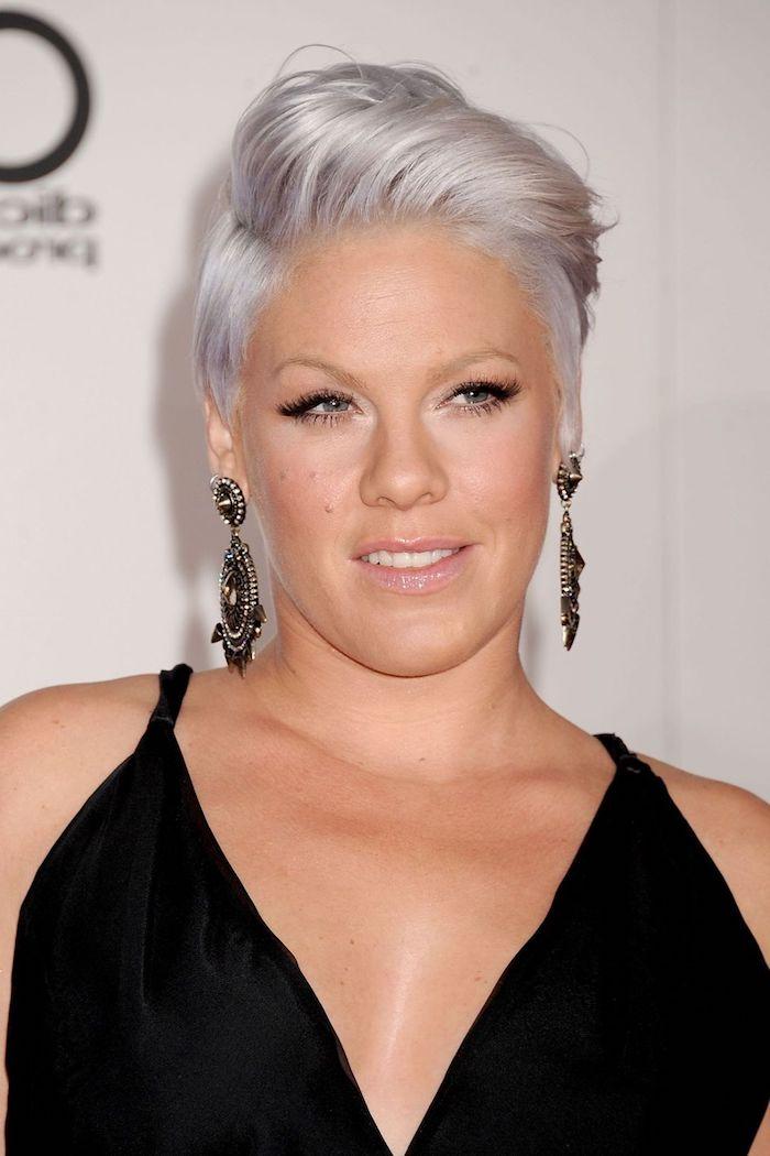 graue haarfarbe, pink, kurzhaarfrisuren für frauen, schwarzes abendkleid, große ohrringe