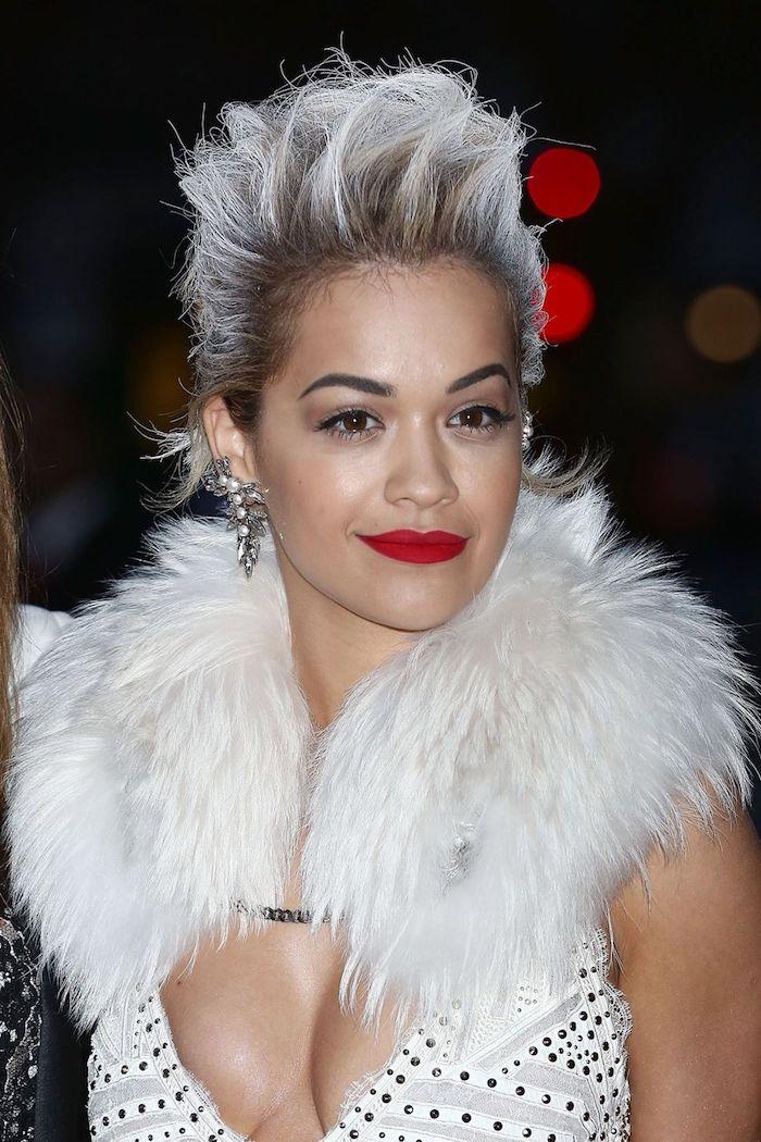 haare aufhellen, graue haarfarbe, weißer fellschal, roter lippenstift, kurzhaarfrisuren für frauen