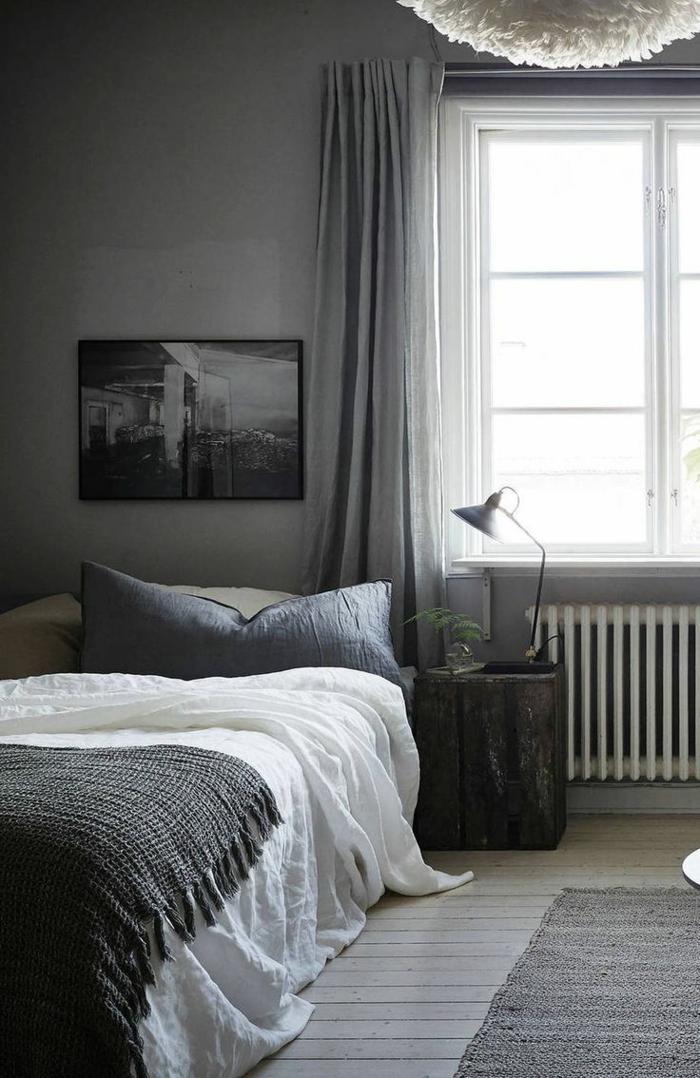 weiße Bettdecke, graues Bild, Laminat Boden, Schlafzimmer Farbe grau