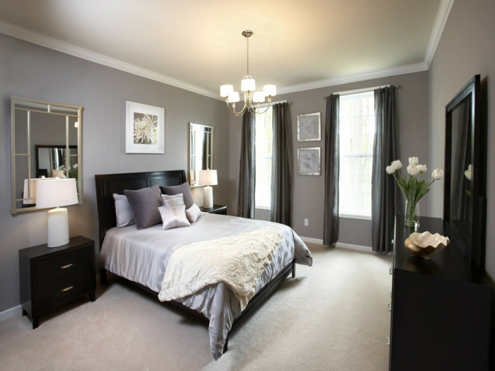 zwei Spiegel, zwei Lampen und zwei Nachttische, Schlafzimmer Farbe, graue Wände