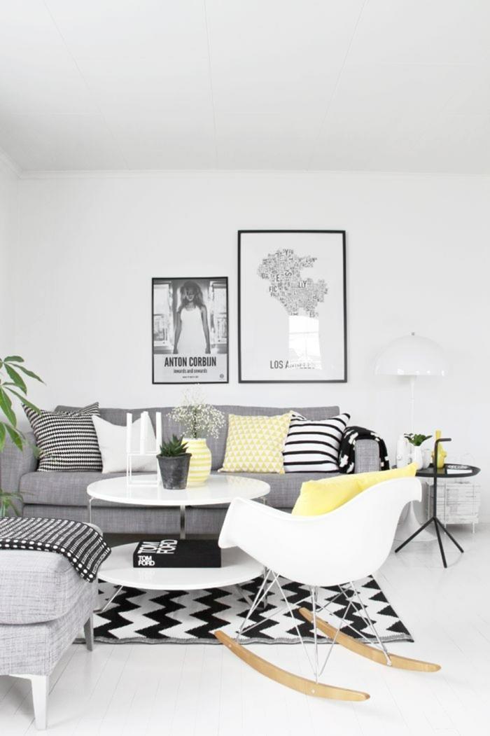 zwei Posters an der Wand, Wohnzimmer gestalten, graues Sofa, schwarz weißer Teppich mit geometrischen Mustern