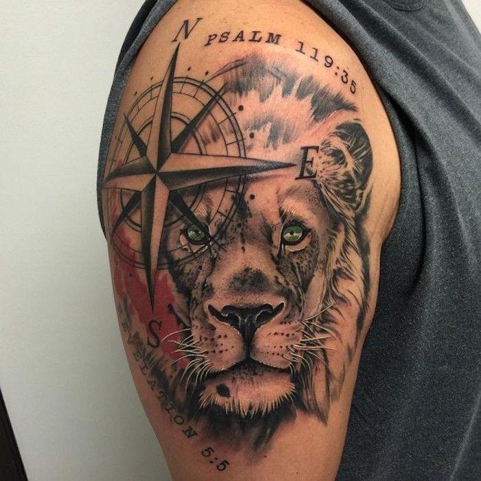 großes löwenkopf tattoo am oberarm, löwe in kombination mit kompass
