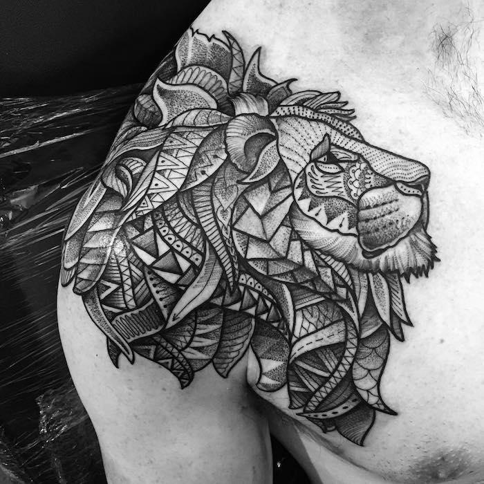 löwenkopf tattoo in schwarz und grau, löwe mit geometrischen elementen, tattoo an der schulter