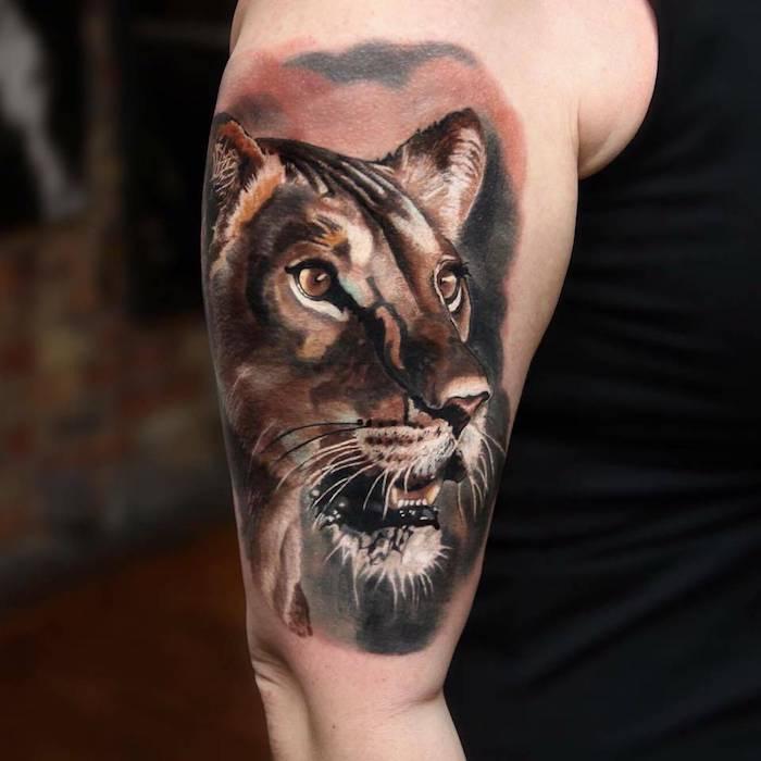 großes realistisches löwin tattoo am oberarm, mann mit farbiger 3d tätowierung