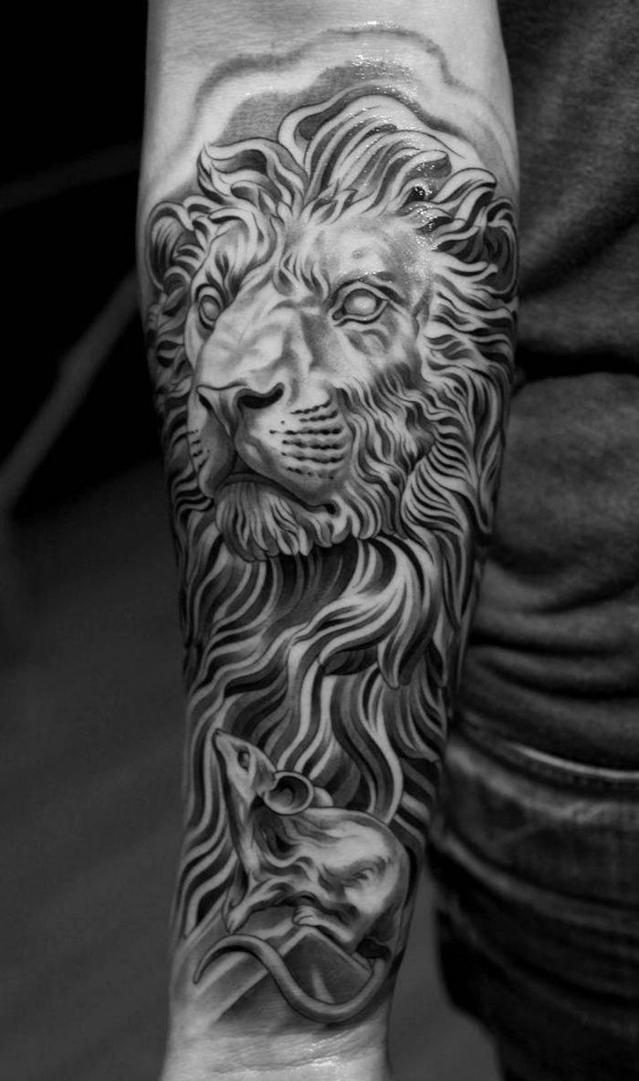 großes schwarz-graues tattoo löwe am unterarm, löwe mit maus, tattoo-motive für männer