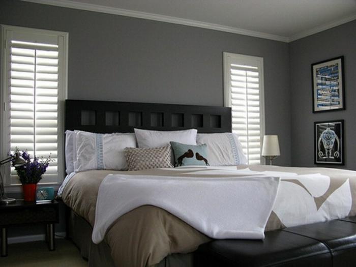 zwei große Fenster mit Rollos, Wandfarbe Hellgrau, ein King Size Bett