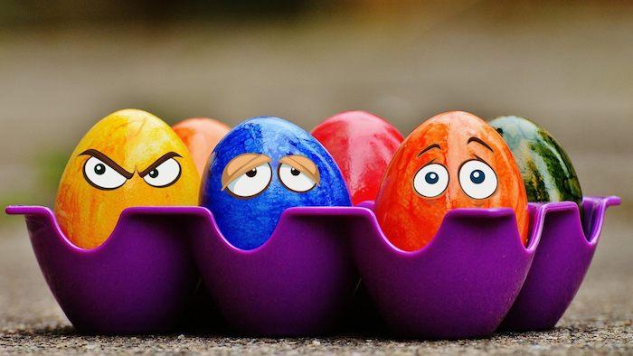 kleine gefärbte ostereier, lustige osterbilder kostenlos herunterladen, blaue, gelbe, rote und grüne ostereier mit augen