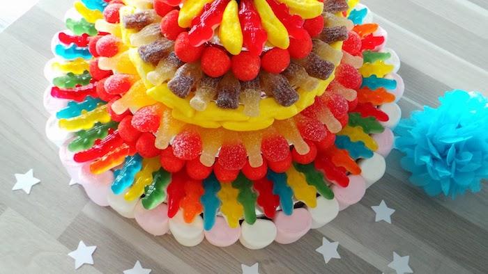 gummibärchen torte selber machen, torte aus bunten geleebonbons, geburtstagstorte für kind