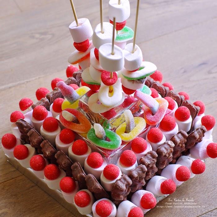 gummibärchen torte mit eckiger form, torte ohne baken, bunte geleebonbons und marshmallows