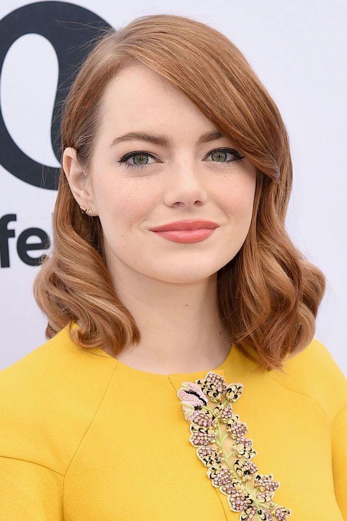 haarfärbemittel, ema stone, schulterllange haare mit seitenscheitel, seitenfrisur mit locken, gelbes kleid