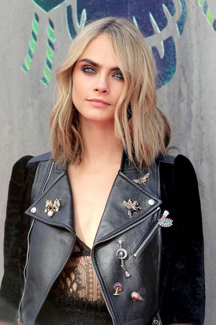 haarfarbe grau blond, cara delevigne, grau augen schminken, lederjacke mit applikationen, schulterlang