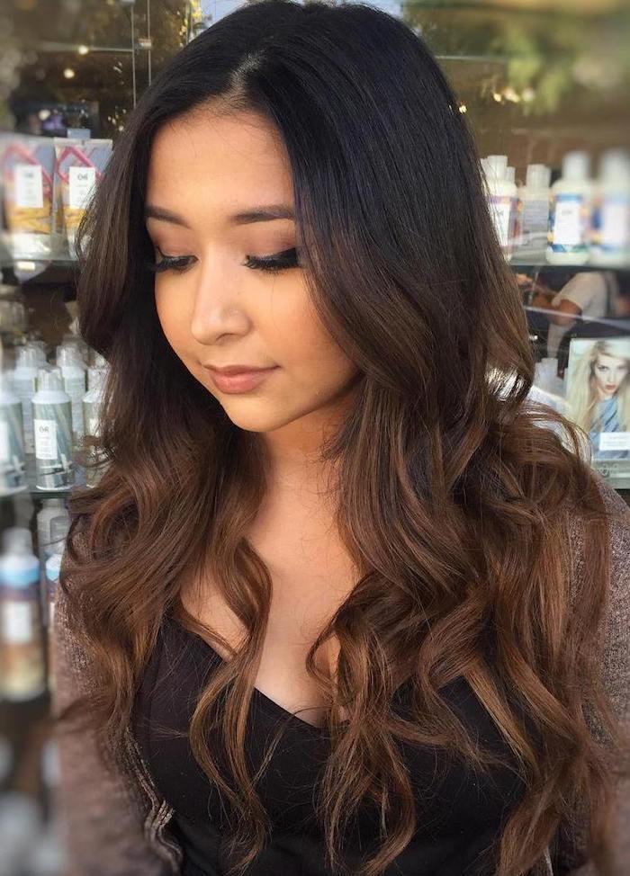 haarfarbe schokobraun, frau mit langen haaren, frisur mit locken, trendige haarfarben