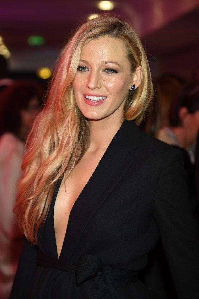 haarschnitt lang, schwarzer blazer, natürliches make up, lange blonde haare, frauenfrisuren