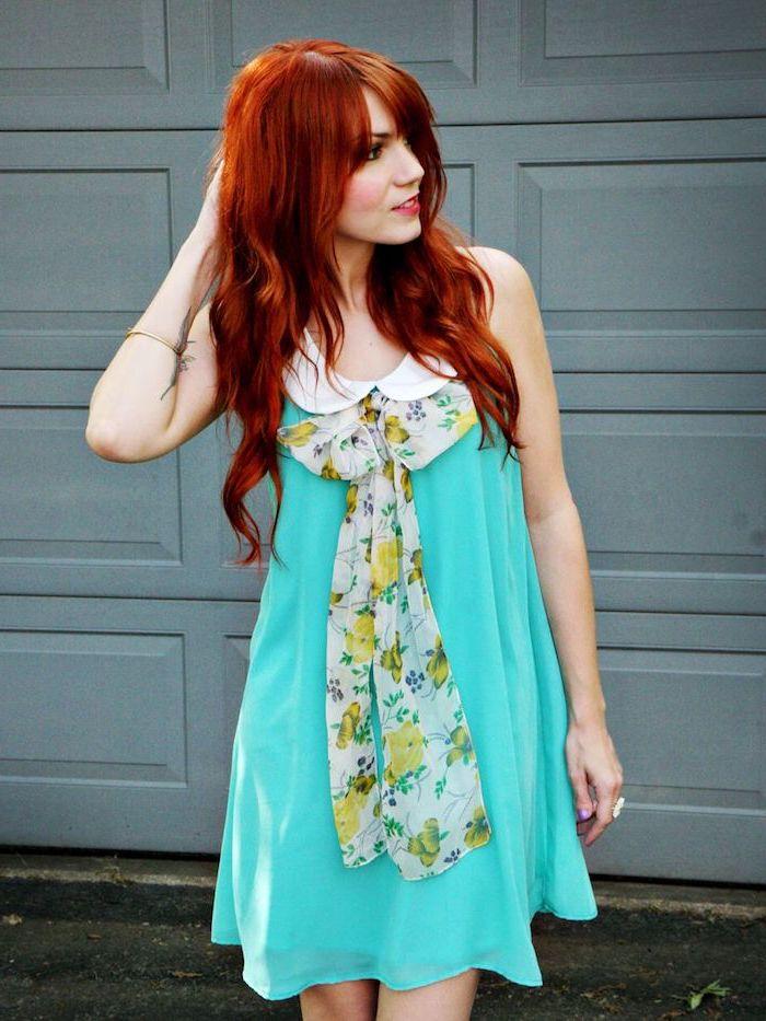 Langhaarfrisur mit Pony, rote Haare, hellblaues Sommerkleid mit weißem Kragen, Schal mit Blumenmuster
