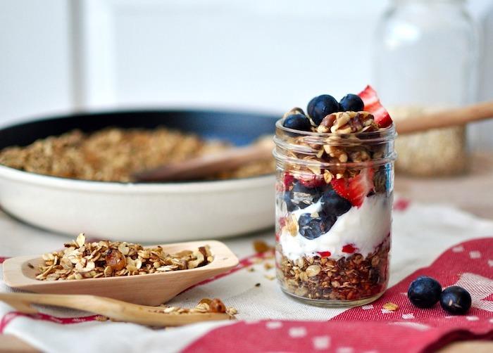 haferflocken rezepte, 10 minuten müsli selber machen, einmachglas, erdbeeren und blaubeeren