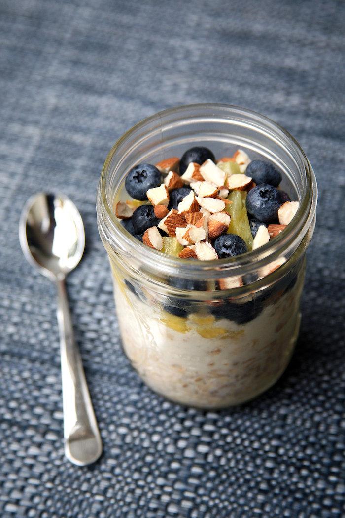 haferflocken rezepte, frühstück im glas, ein löffel, mandelnüssen und blaubeeren, schnell
